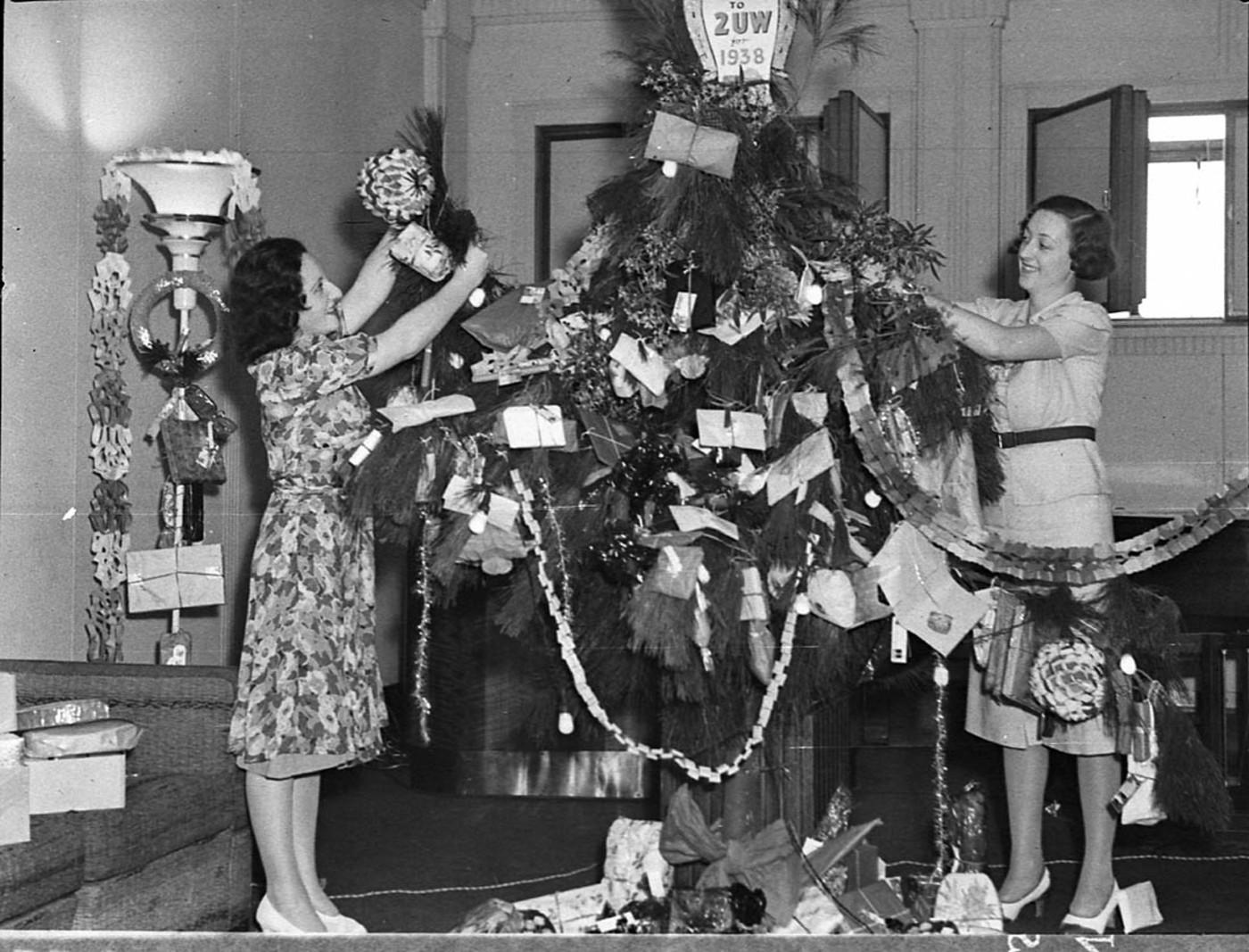 2uw-radio-station-vintage-christmas-tree-decorating