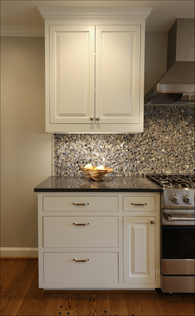 These homeowners added some pizazz to their kitchen by selecting a colorful glass tile.