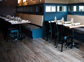 Restaurants_Ox_BlackPaint_RoundVintageMirror_ExposedBeams_RusticWidePlankFlooring_2