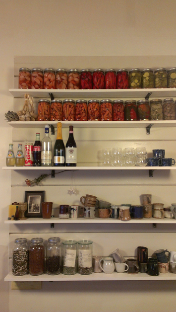 Restaurants_Sweedeedee_OpenShelving_ColorfulCannedGoods_